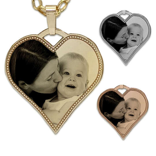 Heart patterned edge photo pendant